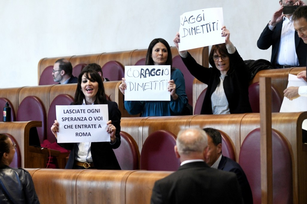 """Roma Capitale: protesta opposizioni in Aula Giulio Cesare, """"Raggi dimettiti"""" - foto 5"""